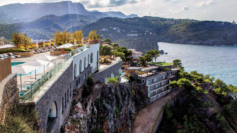 卓美亚索耶尔港水疗度假酒店的悬崖鸟瞰图