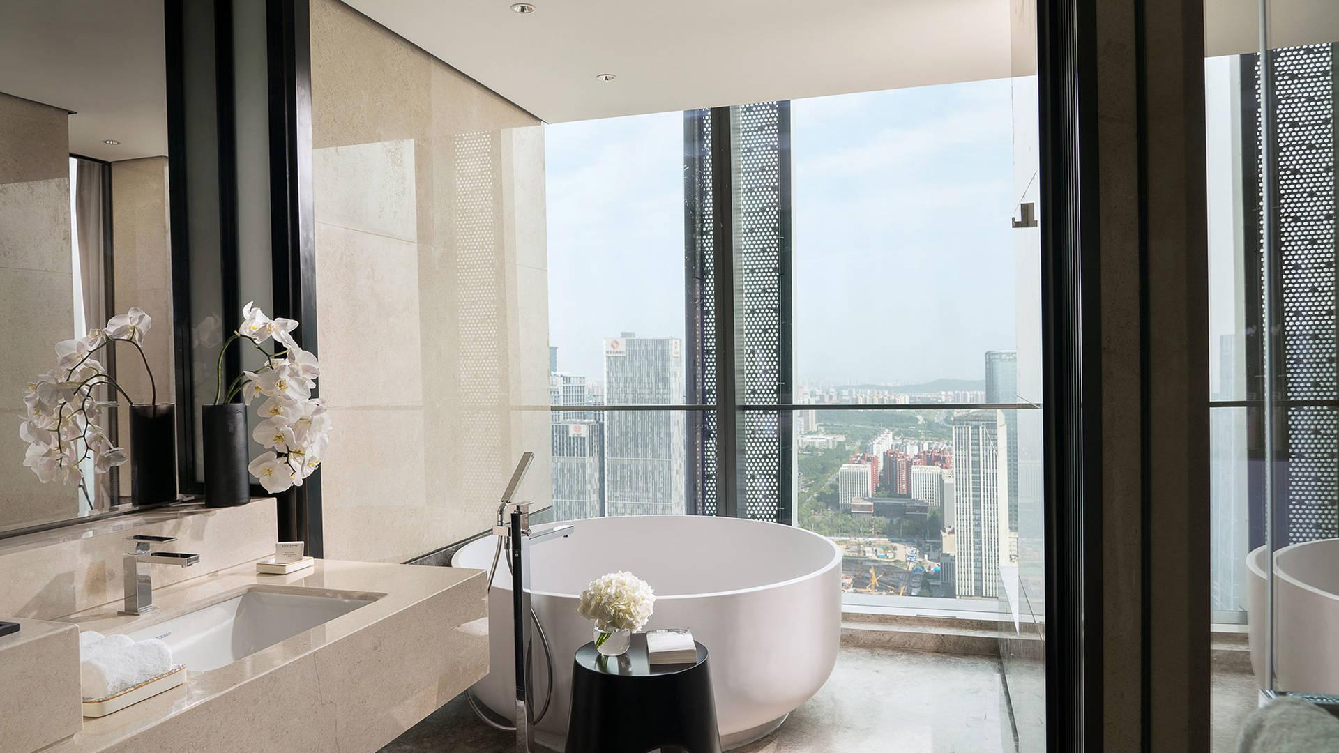 Jumeirah Nanjing Premier king with city view bathroom_16-9